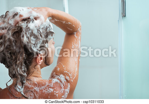 mulher, aplicando, shower., shampoo, vista traseira - csp10311033