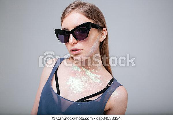 mulher bonita, óculos de sol - csp34533334