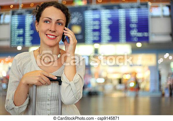 mulher bonita, bagagem, móvel, sentando, jovem, corredor, telefone, aeroporto, falando, seu - csp9145871
