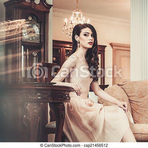 mulher bonita, casa, jovem, luxo, interior - csp21456512