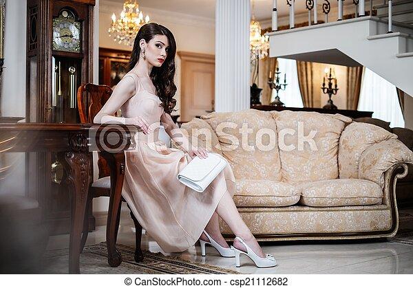 mulher bonita, casa, jovem, luxo, interior - csp21112682