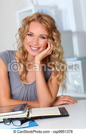 mulher bonita, escritório, mão, queixo, loura, retrato - csp9951378