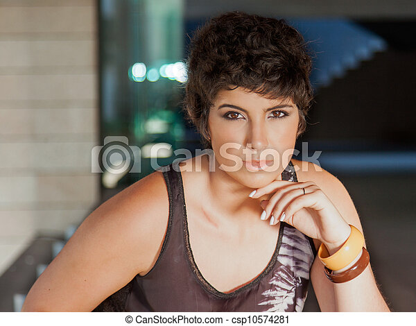 mulher bonita, exterior, jovem, sentando - csp10574281