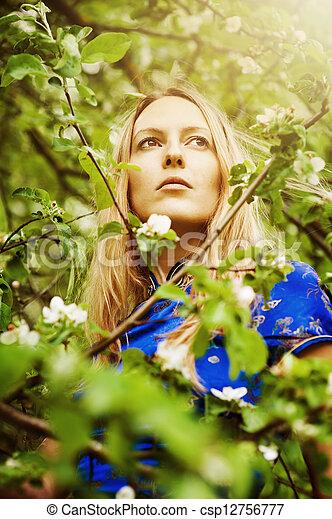 mulher bonita, floresta - csp12756777