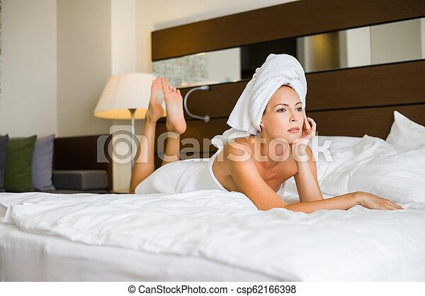 mulher bonita, hotel, adulto jovem, paleto - csp62166398