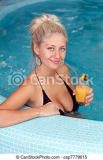 mulher bonita, jacuzzi, jovem - csp7779615