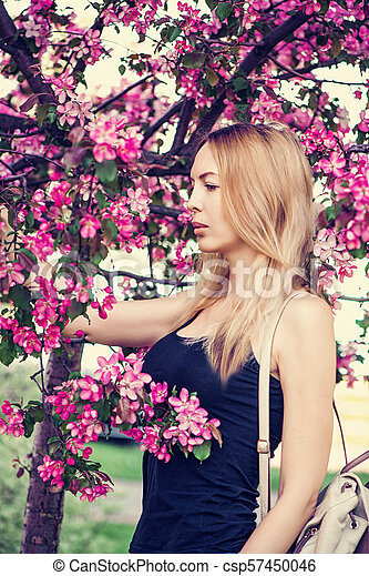 mulher bonita, jardim, jovem, sakura, japão - csp57450046