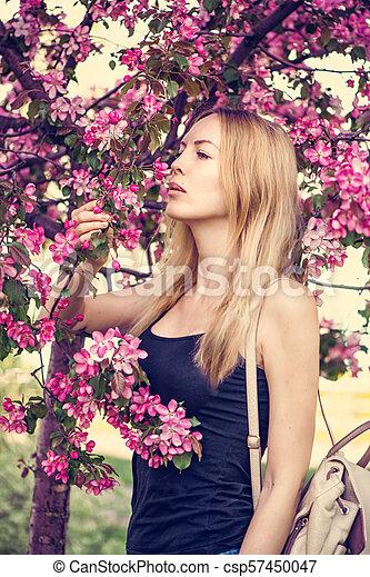 mulher bonita, jardim, jovem, sakura, japão - csp57450047