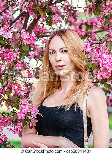 mulher bonita, jardim, jovem, sakura, japão - csp58341431