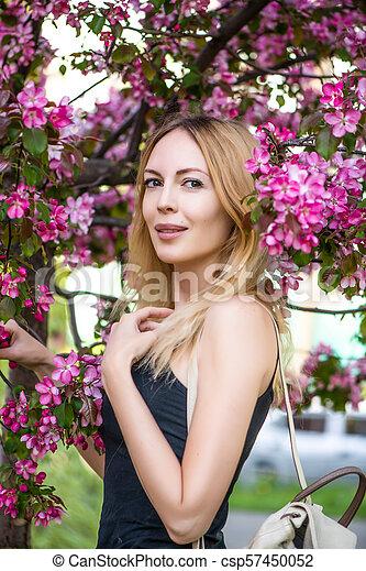 mulher bonita, jardim, jovem, sakura, japão - csp57450052