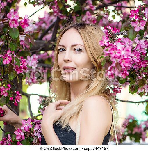 mulher bonita, jardim, jovem, sakura, japão - csp57449197