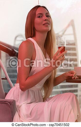 mulher bonita, jovem, cabelo longo, loura, vestido branco, evento - csp70451502