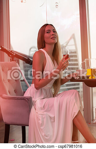 mulher bonita, jovem, cabelo longo, loura, vestido branco, evento - csp67981016
