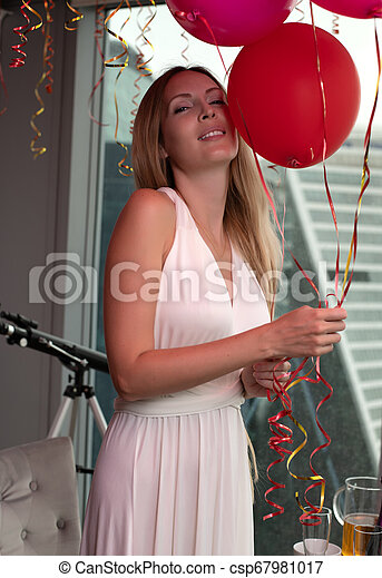 mulher bonita, jovem, cabelo longo, loura, vestido branco, evento - csp67981017