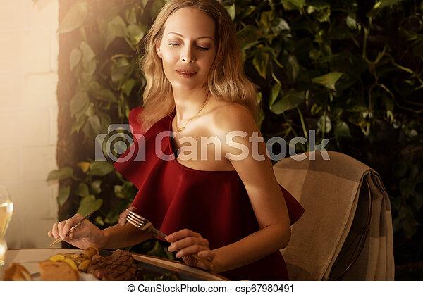mulher bonita, jovem, cabelo longo, loura, vestido, evento, vermelho - csp67980491