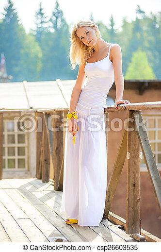 mulher bonita, jovem, loura, branca, saia - csp26603535