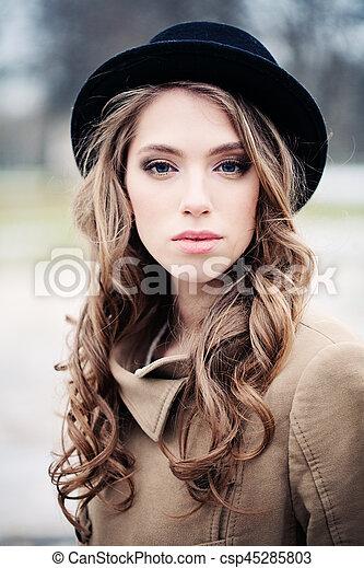 mulher bonita, jovem, pretas, ao ar livre, chapéu - csp45285803