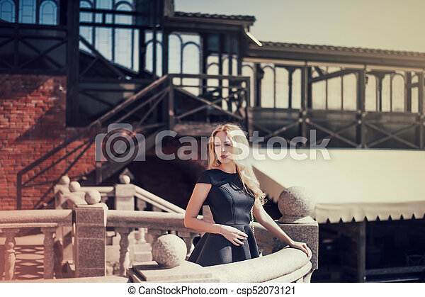 mulher bonita, jovem, pretas, loura, vestido - csp52073121