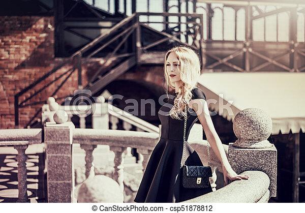 mulher bonita, jovem, pretas, loura, vestido - csp51878812