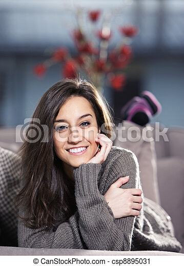 mulher bonita, jovem, sofá, retrato, mentindo - csp8895031