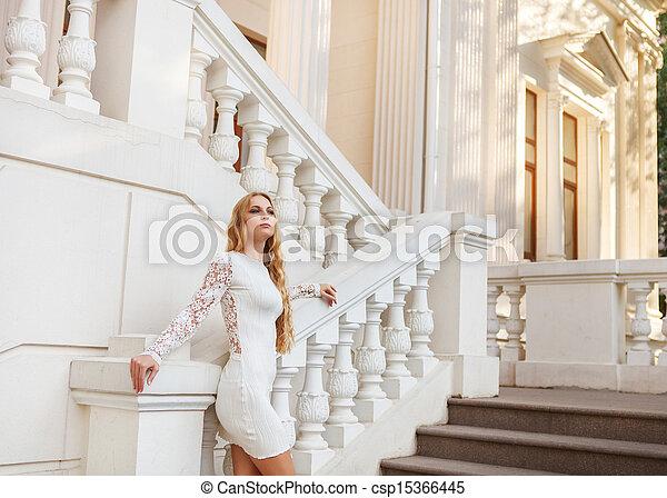 mulher bonita, loura, ao ar livre, vestido branco - csp15366445