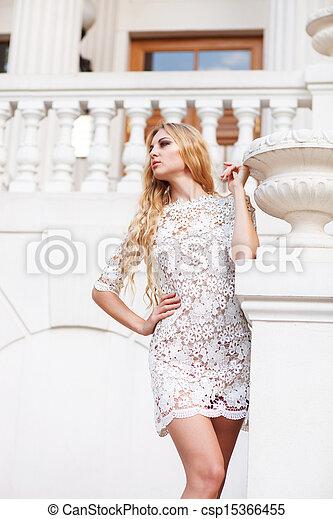 mulher bonita, loura, ao ar livre, vestido branco - csp15366455