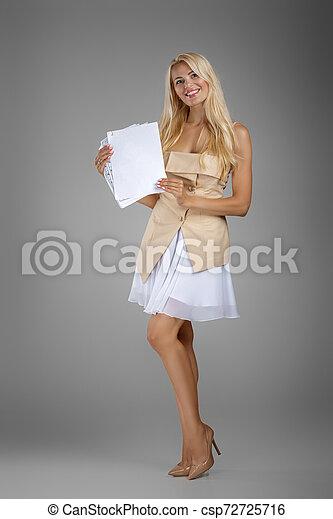 mulher bonita, loura, documentos, folhas, segurando, vestido - csp72725716