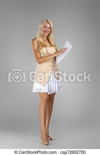 mulher bonita, loura, documentos, folhas, segurando, vestido - csp72602780