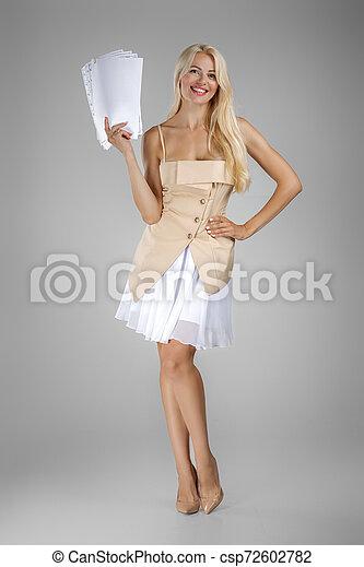 mulher bonita, loura, documentos, folhas, segurando, vestido - csp72602782