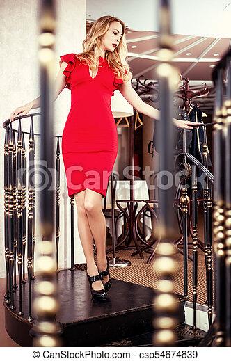 mulher bonita, loura, vestido, vermelho, close-fitting - csp54674839