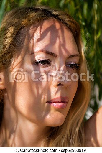 mulher bonita, macro, jovem, loura, retrato - csp62963919