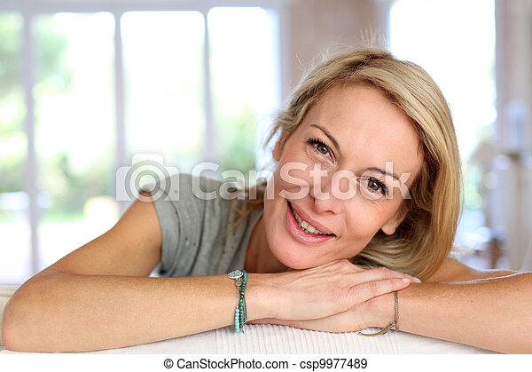 mulher bonita, maduras, relaxante, sofá, loura - csp9977489