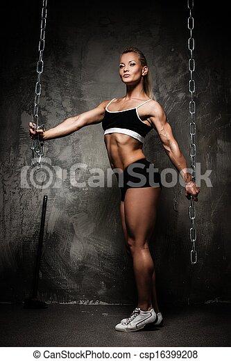 mulher bonita, muscular, bodybuilder, segurando, correntes - csp16399208