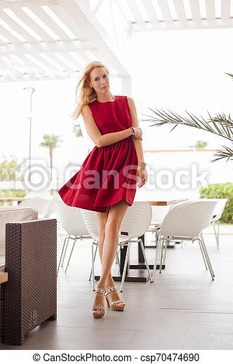 mulher bonita, na moda, jovem, cabelo longo, borgonha, loiro, vestido - csp70474690