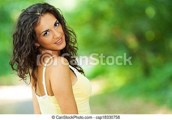 mulher bonita, parque - csp18330758