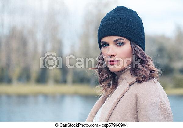 mulher bonita, pretas, ao ar livre, modelo, chapéu - csp57960904