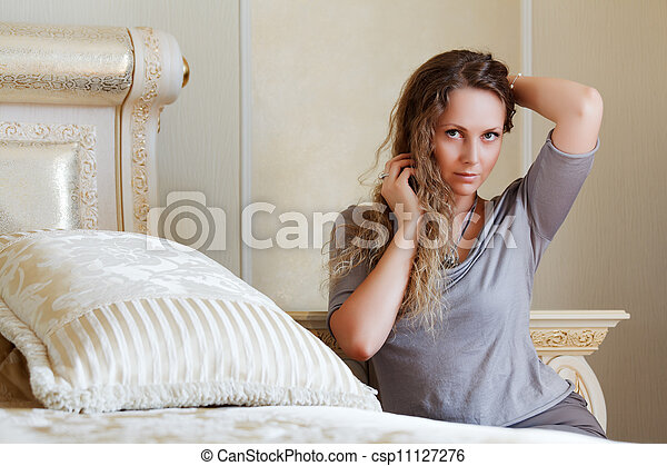 mulher bonita, quarto - csp11127276