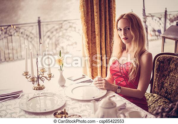 mulher bonita, restaurante, moda, vestido, vermelho - csp65422553