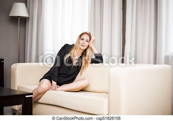 mulher bonita, sala, sentando, sofá, luz, branca - csp51828158