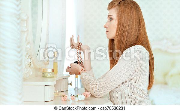 mulher bonita, sentando, jovem, vestindo, lar, tabela - csp70536231