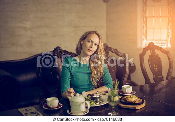 mulher bonita, sentando, jovem, luxuoso, jantar, luxo, interior, tabela, tendo - csp70146038