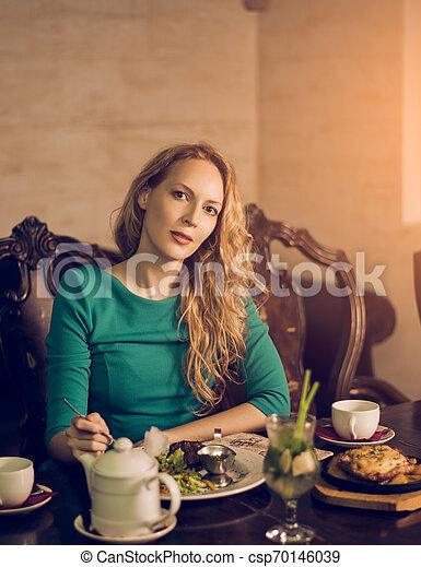 mulher bonita, sentando, jovem, luxuoso, jantar, luxo, interior, tabela, tendo - csp70146039