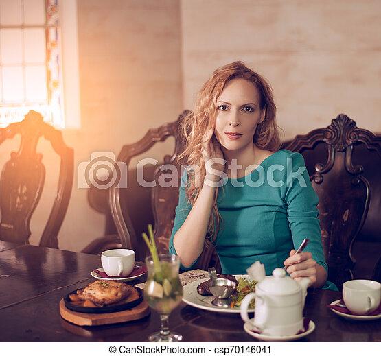 mulher bonita, sentando, jovem, luxuoso, jantar, luxo, interior, tabela, tendo - csp70146041