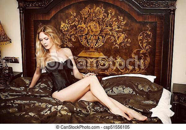 mulher bonita, sentando, jovem, retro, quarto, modelo - csp51556105