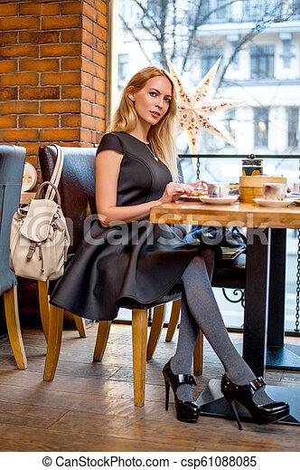 mulher bonita, sentando, jovem, tabela, café - csp61088085