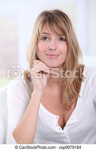 mulher bonita, sentando, sofá, loura, retrato - csp9979184
