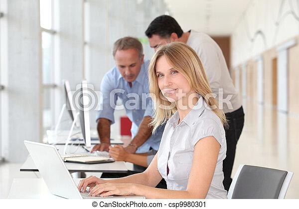 mulher bonita, trabalhando escritório, computador laptop - csp9980301