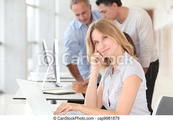 mulher bonita, trabalhando escritório, computador laptop - csp9981879