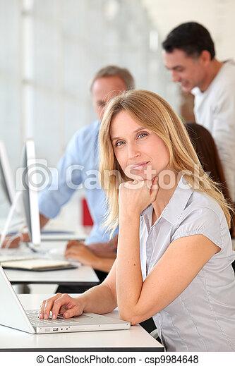 mulher bonita, trabalhando escritório, computador laptop - csp9984648