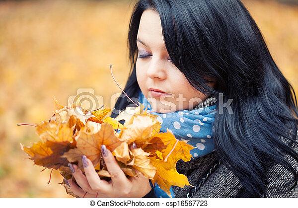 mulher, bonito, jovem, parque, outono - csp16567723